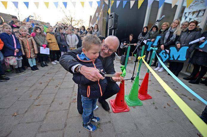 Een gehurkte schooldirecteur Harrie Raanhuis opende twee jaar geleden samen met een jonge leerling de vernieuwde school 't Iemnschelf.  Een tweede fusiefeest zit er voor hem niet meer in.