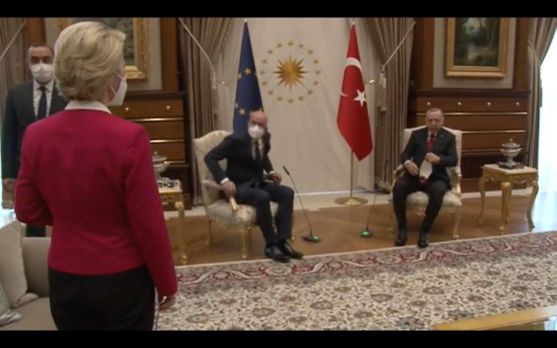 """Von der Leyen was """"verrast"""" door de vreemde ontvangst van Erdogan, maar """"verkoos inhoud boven vorm"""", zegt een woordvoerder."""