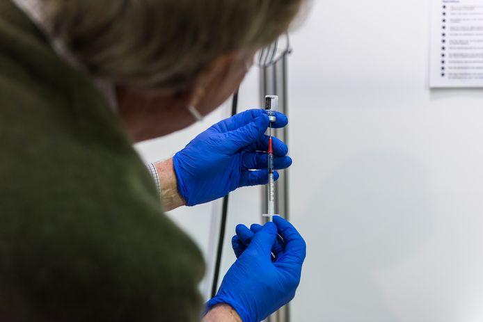 Als GGD-medewerkers straks ook het laatste restje uit de flacons mogen gebruiken, kunnen er veel meer mensen gevaccineerd worden.