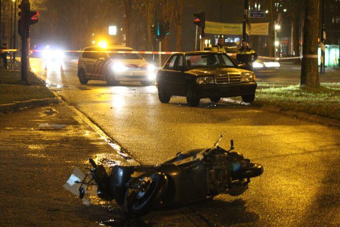 De scooter raakte beschadigd bij de aanrijding met de Mercedes.