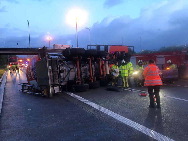 Drie rijstroken zijn versperd door de gekantelde vrachtwagen. Beeld Marc De Roeck