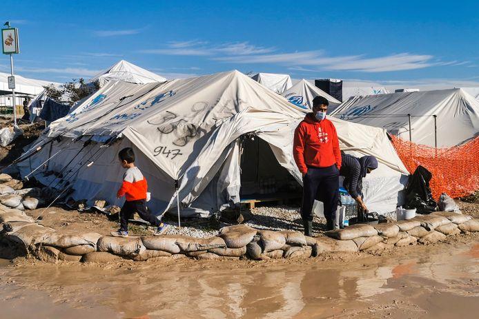 Zandzakken kunnen niet voorkomen dat het nieuwe kamp een grote modderpoel is.