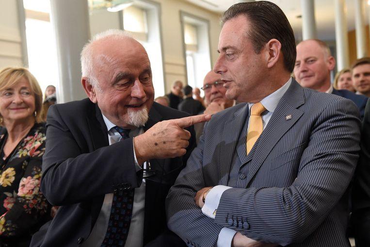 N-VA'ers Jan Peumans en Bart De Wever bij de voorstelling van Peumans' biografie in het Vlaams Parlement. Beeld Photo News