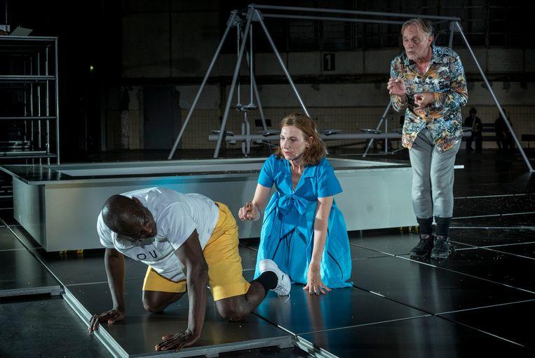 Mandela Wee Wee, Elsie De Brauw en Bert Luppes op de scène. Achter hen een speeltuig. De acteurs gedragen zich net zo grillig als spelende kinderen. Beeld Ben van Duin