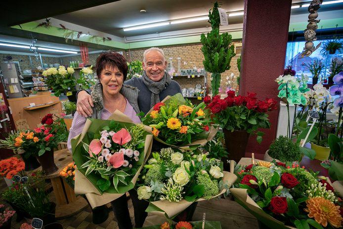 Ted en Mieke Zegers in hun bloemenzaak aan de Strijpsestraat die op 22 februari voorgoed de deuren sluit.