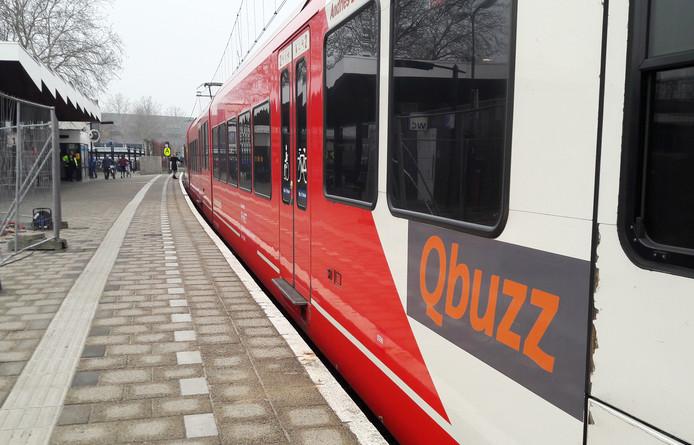 Een trein van Qbuzz op het station in Gorinchem.