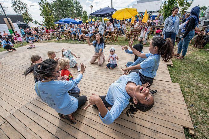 Ook de allerkleinsten leren internationaal getinte dansmoves.