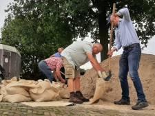 Theo neemt het zekere voor het onzekere: zandzakken voor de deur in Boxmeer