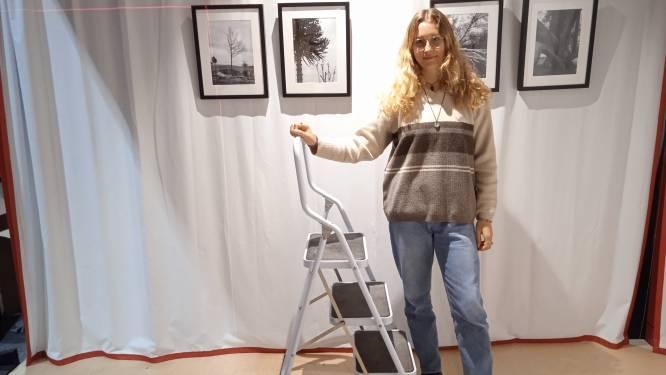 """Lisa De Moor toont foto's van bomen in kerk van Overbeke: """"Inspiratie gehaald uit mijn vele coronawandelingen"""""""