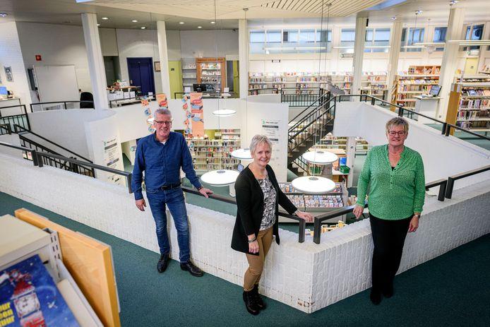 """René Olde Keizer, Anja Steenbeeke en Ingrid Thuijs (v.l.n.r.) zien de verhuizing van hun bibliotheek naar de Vijfhoek helemaal zitten. """"Als de mensen daar straks komen, weten we zeker dat ze zeggen: oh, wat is het mooi geworden."""""""