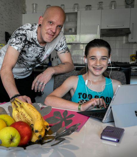 Hoe graag Michelle (10) ook naar school wil, voor de gezondheid van haar vader en broer is het beter van niet
