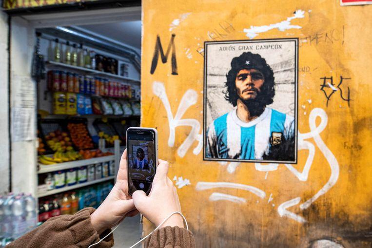 Een affiche in een winkeltje in Rome, met de beeltenis van de kampioen.  Beeld EPA