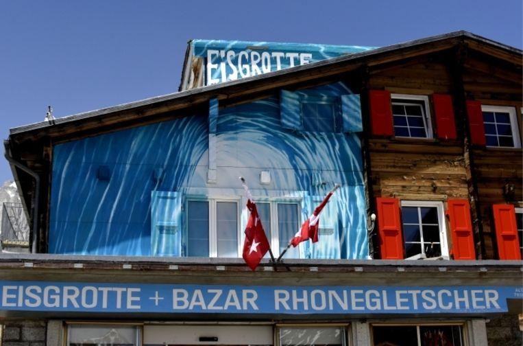 De ingang van de 'Eisgrotte': al 120 jaar houwen arbeiders elk jaar een tunnel van 100 meter lang in de Rhônegletsjer. 'Als het zo doorgaat met het klimaat, is het hier binnen tien jaar gedaan.' Beeld