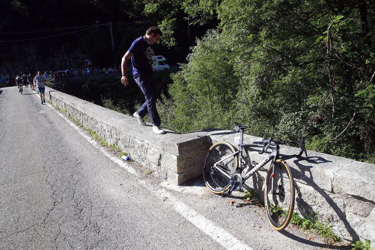 De crash van Remco Evenepoel in de Ronde van Lombardije. Beeld Photo News