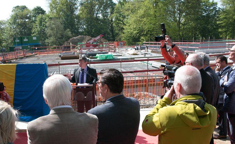 Burgemeester Luc De Ryck houdt een toespraak, met op de achtergrond het uit de grond verrijzende nieuwe zwemcomplex van 11 miljoen euro.