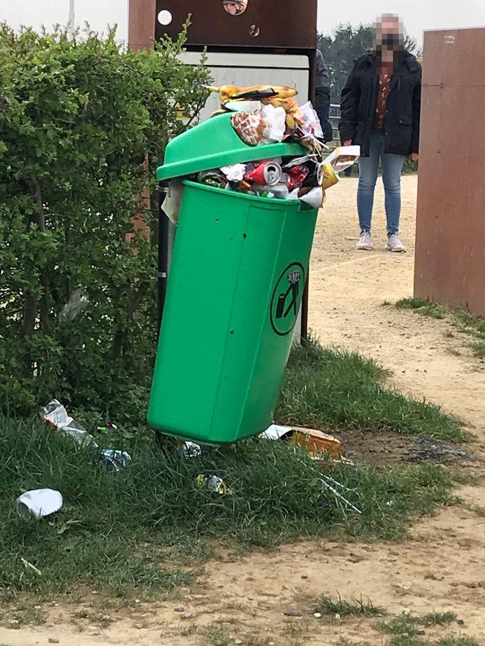 Nu er maar één vuilnisbak overblijft puilt die uit.