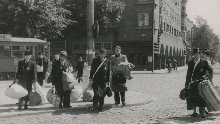 Joden op het Daniël Willinkplein (het latere Victorieplein) in afwachting van deportatie Beeld Herman Heukels/NIOD