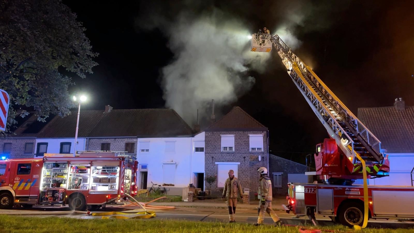 De zware brand ontstond achteraan een woning, in de keuken. Het vuur ging met hevige rook gepaard.