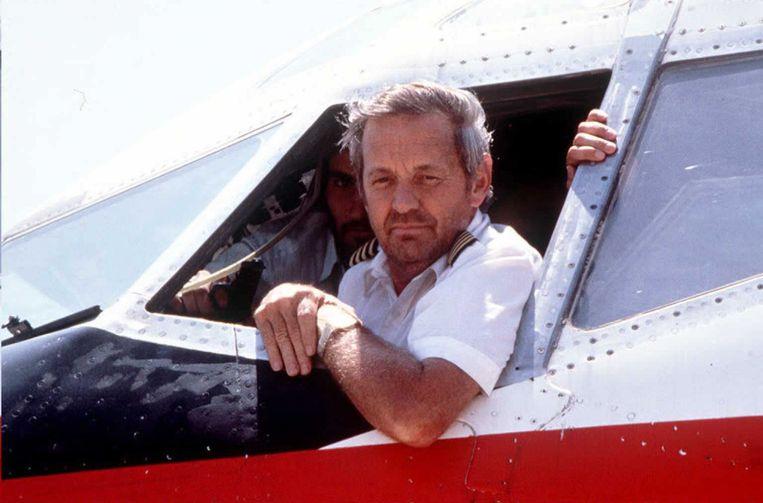 Piloot John Testrake beantwoordde vragen van de pers terwijl hij bedreigd werd met een pistool.
