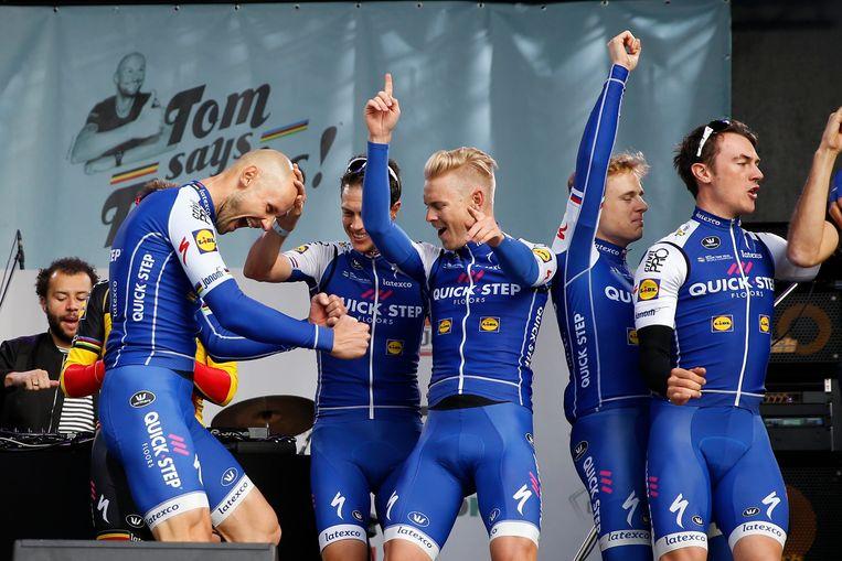 'Gabber' Tom Boonen (links) viert feest met zijn ploeggenoten na afloop van zijn allerlaatste koers.  Beeld Photo News