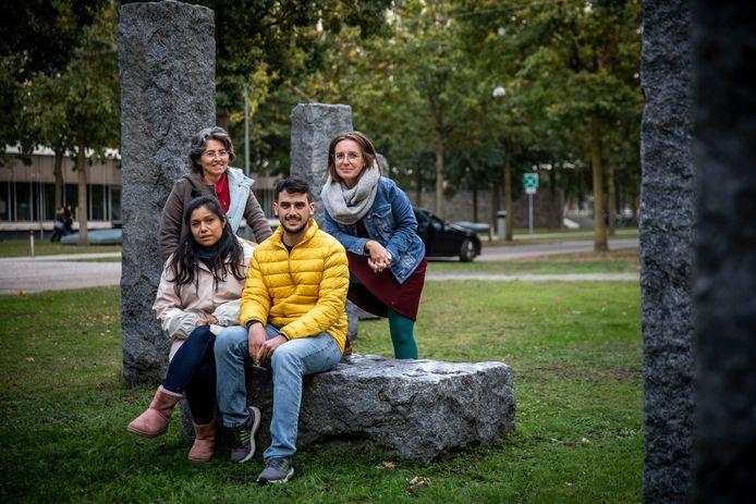 Zittend Priscilla Lima en Eloi Rodriguez, staand Núria Barceló en Pilar Bosch.