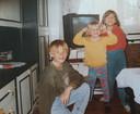 Grote broer Kamil (links) met zijn zusjes Katarzyna (midden) en Ewelina (rechts) thuis in Polen.