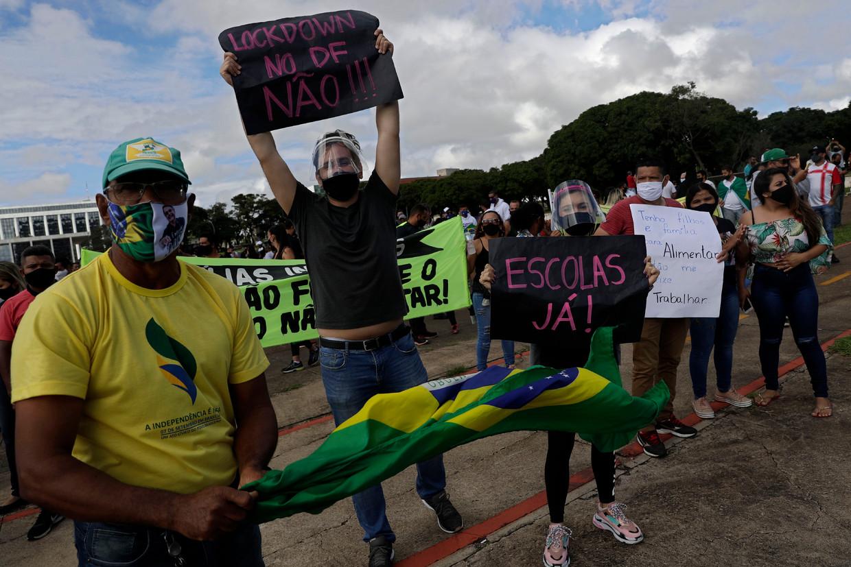 In Brasilia protesteren betogers tegen het besluit om vanaf 1 maart een nieuwe lockdown van zeker twee weken in de Braziliaanse hoofdstad in te voeren.  Beeld AP