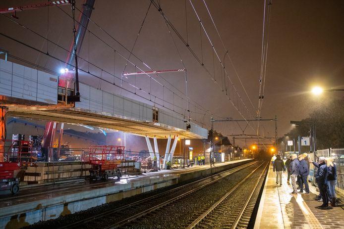 Het dak is afgelopen nacht op het perron gehesen van NS-station Colmschate in Deventer. Een aantal belangstellenden kwam in het holst van de nacht een kijkje nemen.