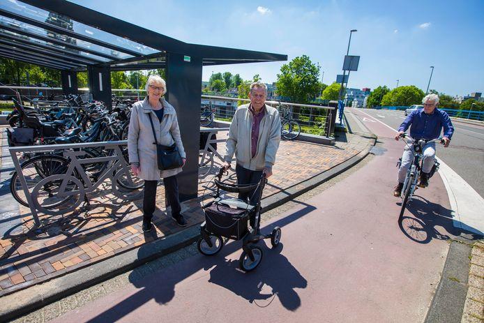 Dat moet anders: Gebruikers van rolstoelen, kinderwagens en rollators moeten bij de Bovenlangs over het fietspad nu de nieuwe fietsenstalling is gebouwd.