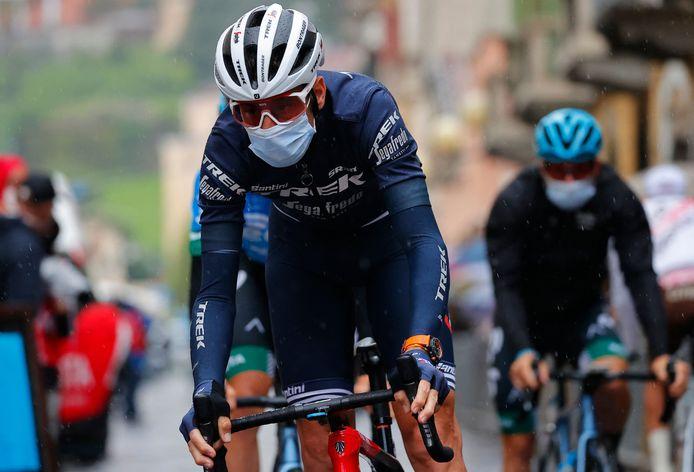 Vincenzo Nibali rijdt goed ingeduffeld naar de start in Biella.