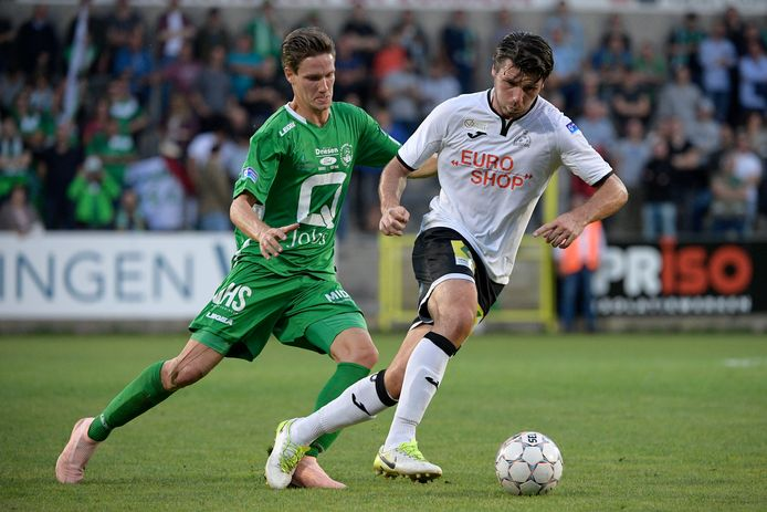 Glenn Claes (l.) in actie bij ex-ploeg SK Lommel, de tegenstander van RWDM op de vierde speeldag in 1B.