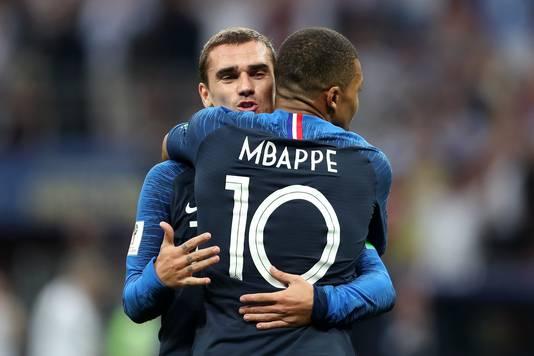 Antoine Griezmann knuffelt Kylian Mbappéof na een treffer in de WK-finale tegen Kroatië.