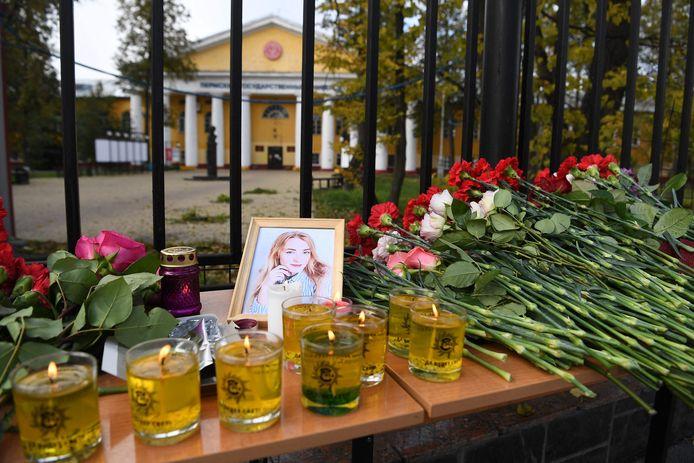 Une photo prise le 21 septembre 2021 montre des bougies et des fleurs exposées à l'entrée du campus universitaire de Perm, un jour après qu'un tireur a tué six personnes avant d'être arrêté.
