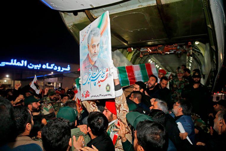 Het lichaam van Soleimani werd vroeg vanochtend overgevlogen van Bagdad naar Ahvaz. Beeld AFP