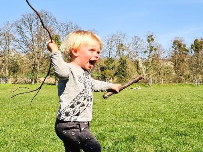 """Ouders starten crowdfunding nadat zoontje (2) overlijdt na ongelukkige val van trap: """"Laat Ilias verder leven in speelbos vol inheemse bomen"""""""