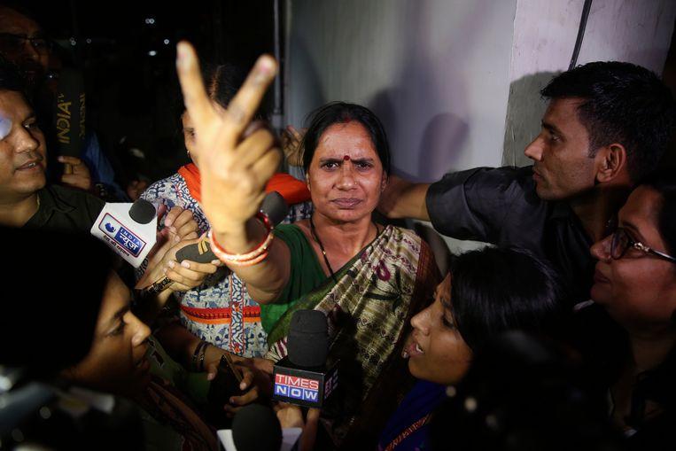Asha Devi, de moeder van het slachtoffer dat later in het ziekenhuis aan haar verwondingen overleed. Beeld AP