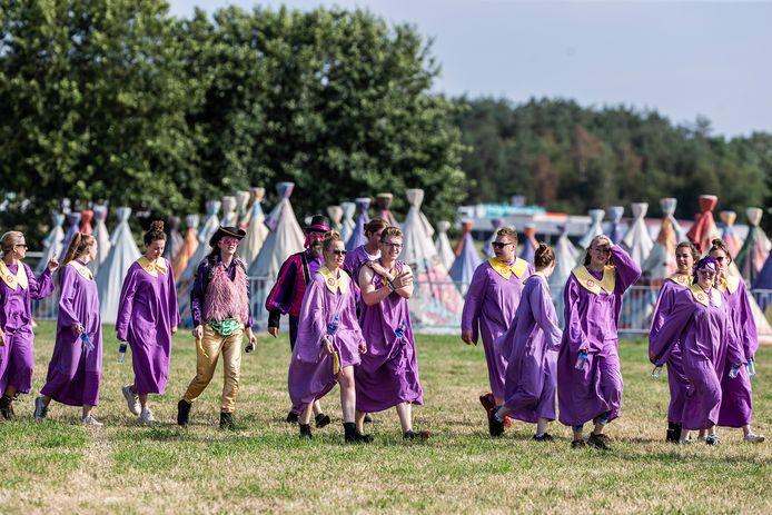 Bezoekers Zwarte Cross in paarse kledij.