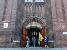 Kerkrel mondt uit in stil protest: kerkgangers Groenlo in het blauw