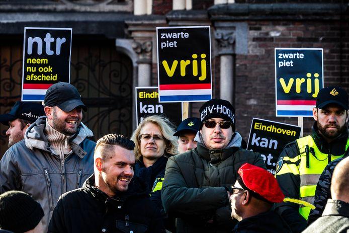 In het begin konden de voetbalhooligans op een meter van de demonstranten staan.