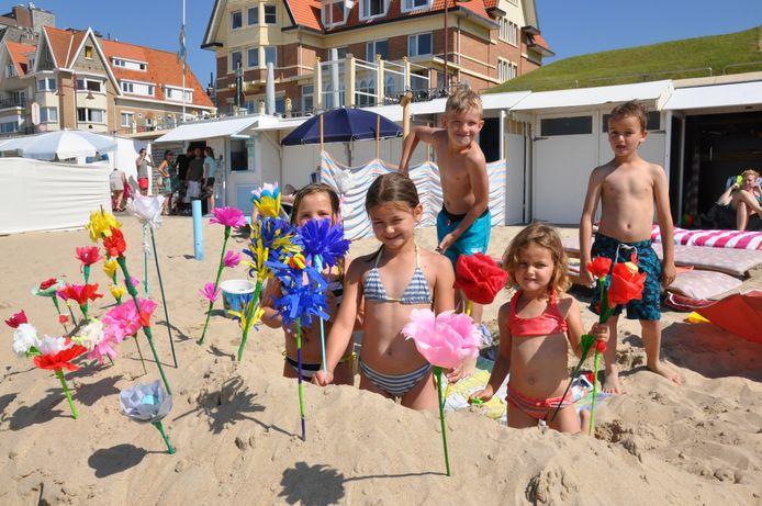 De traditie om strandbloemen te maken en te verkopen leeft nog heel sterk aan de kust. Archiefbeeld uit De Haan