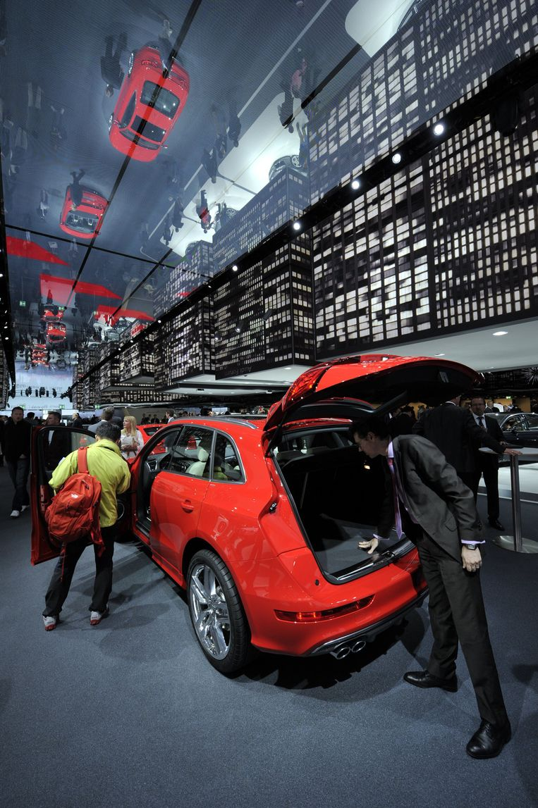 Mogelijke kopers bekijken een Audi op het autosalon in Frankfurt. Beeld BELGAIMAGE