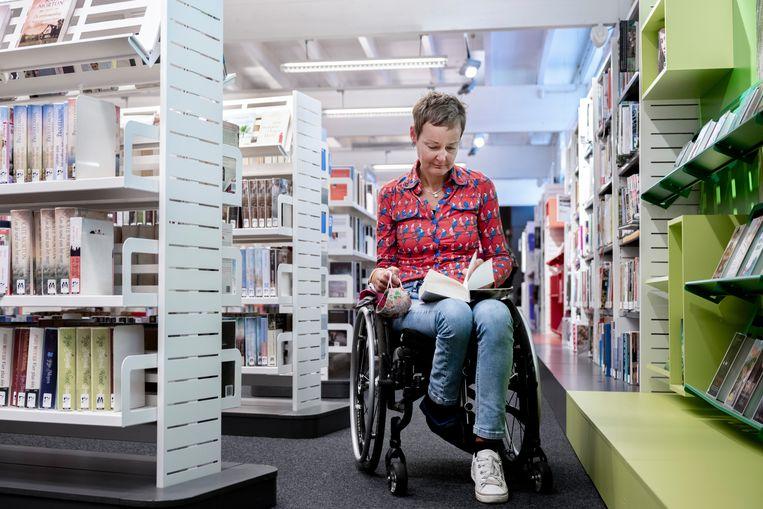 Irene van Zijverden neemt deel aan de pilot van bibliotheek Putten, waar leden buiten de openingstijden naar binnen kunnen.  Beeld Bram Petraeus