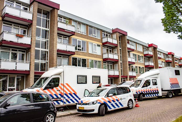 De politie is een groot onderzoek gestart in een flatwoning aan de Professor Meester P.S. Gerbrandyweg in Leeuwarden.