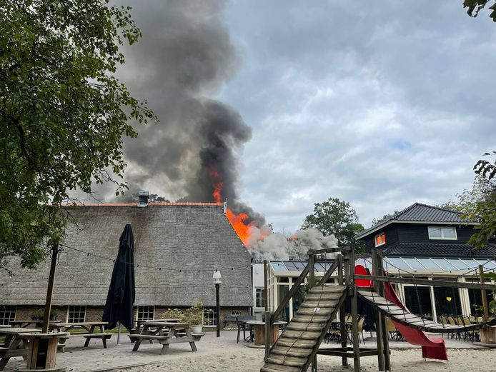 Vlammen slaan uit het dak van de Bowlingboerderij.