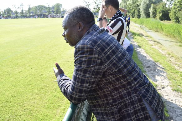 Clublegende Moses Chunga woont de match bij.