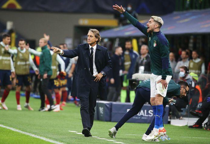Mancini dan Jorginho saat pertandingan melawan Spanyol.