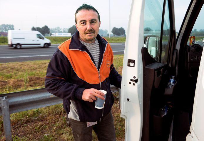 PostNL-chauffeur Menderes Karabulut ziet een donkere wolk boven de A12 hangen.