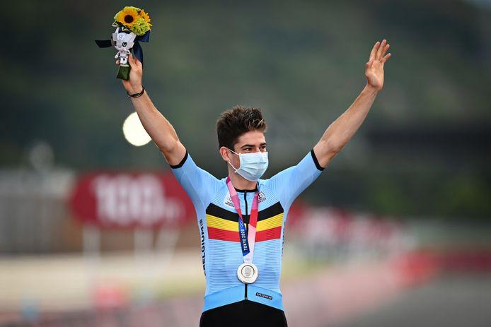 Wout Van Aert met de zilveren medaille om de nek op het podium.