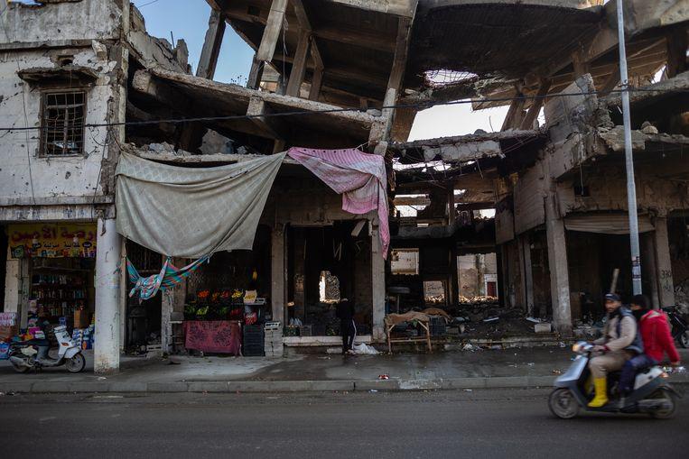 Tussen het puin in West-Mosoel zijn de winkels weer geopend. Beeld Hawre Khalid