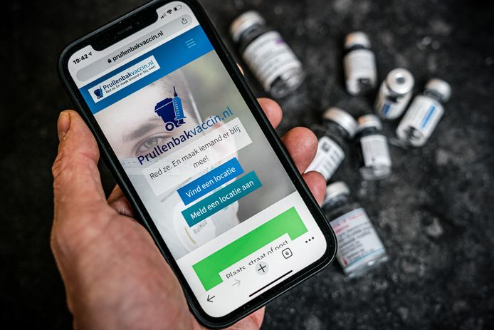Een telefoon met de website prullenbakvaccin.nl